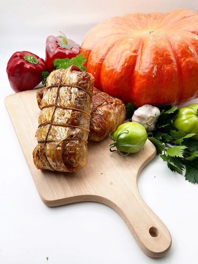 Šis aukščiausios rūšies produktas gaminamas iš kiaulienos sprandinės. Švelnaus skonio, sultinga, pagardinta natūraliais kmynais, česnakais bei petražolėmis.